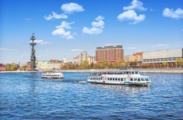 Памятник петру великому и прогулочные катера на москве-реке в москве в солнечный летний день