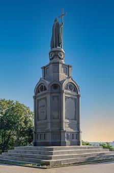 晴れた夏の朝、ウクライナ、キエフのウラジミールスカヤゴルカにあるウラジミール大王の記念碑