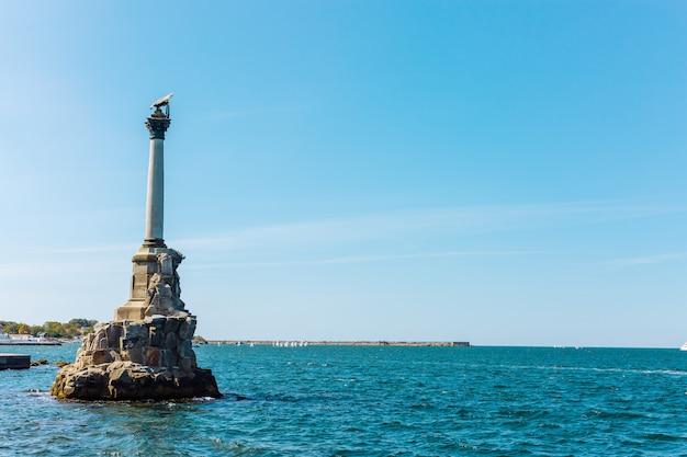 Памятник затопленным российским кораблям, загораживающим вход в севастопольскую бухту. один из символов севастополя. крым, россия