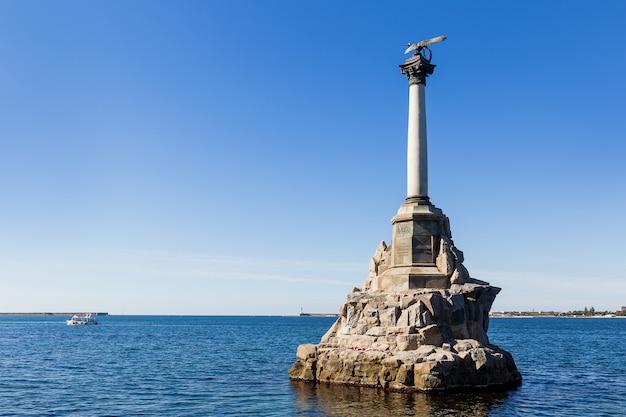 Памятник затопленным русским кораблям, препятствующий въезду в севастопольскую бухту. Premium Фотографии