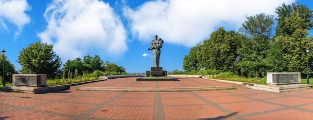Памятник павшим воинам в мемориальном парке в каневе, украина, в солнечный летний день