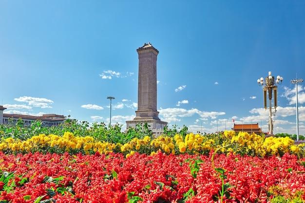 천안문 광장의 인민영웅 기념비는 중국 베이징에서 세계에서 세 번째로 큰 광장입니다.