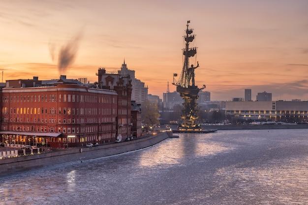 夜明けのモスクワ川の堤防にあるピョートル大帝の記念碑モスクワロシア