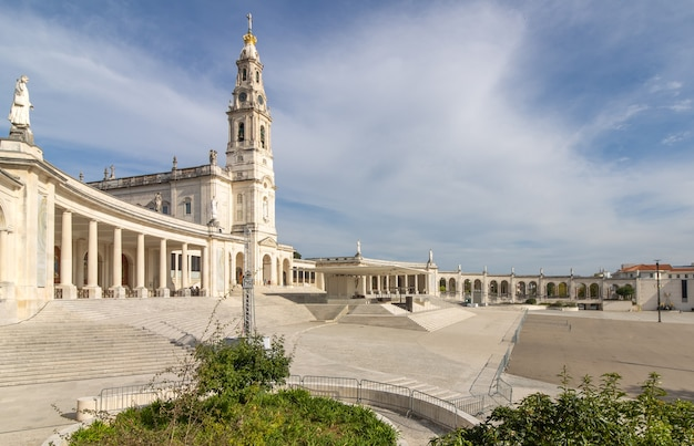 聖域の記念碑的なアンサンブルとファチマの聖母の大聖堂。