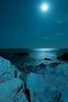 美しい結晶水の上の月