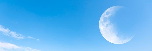 月と澄んだ青い空を背景に、パノラマビュー
