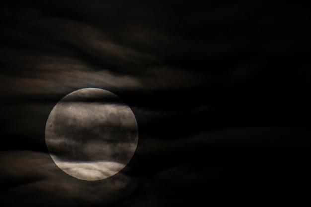 스페인 바르셀로나 몬세라트 구름 사이의 달