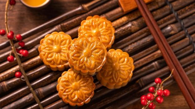 월병 월병 테이블 세팅-찻잔이 달린 중국 전통 과자, 중추절