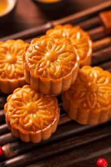 Лунный торт сервировка стола mooncake - традиционное китайское печенье круглой формы с чайными чашками