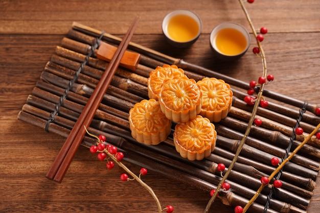 月餅月餅テーブルセッティング-ティーカップ付きの丸い形の中国の伝統的なペストリー