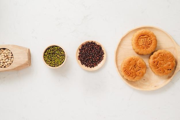 ベトナムの月餅伝統的なケーキ-中国の中秋節。ケーキのテキストは幸せを意味します。