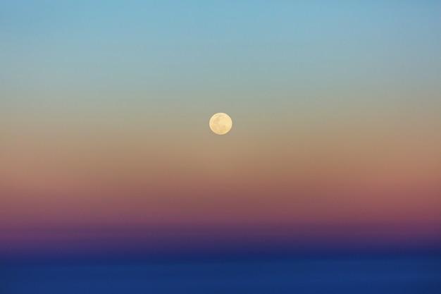暗い空の背景に月。