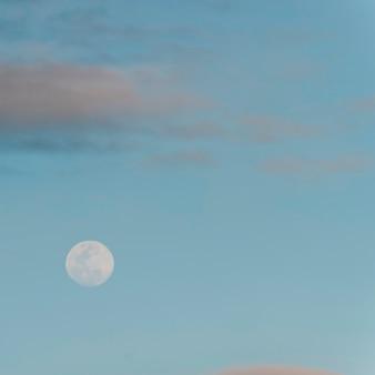 Луна в небе, остров сантьяго, галапагосские острова, эквадор