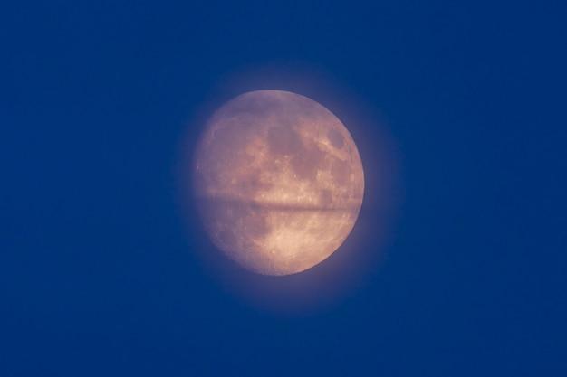 크레이터가 보이는 하늘의 달