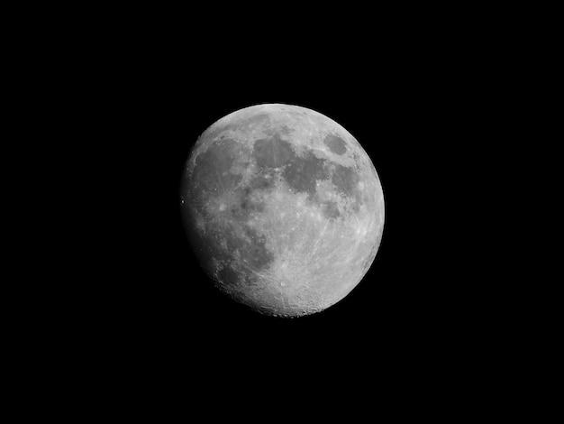 黒い空に月