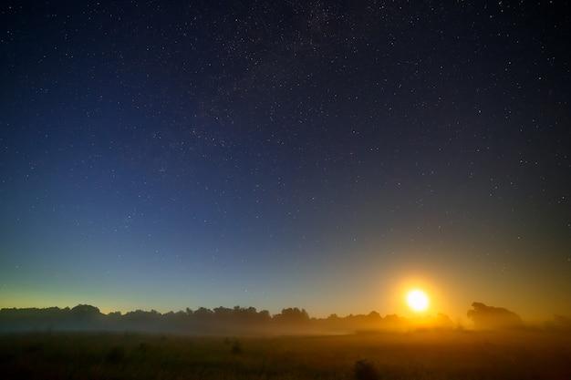 Луна на фоне звездного ночного неба.