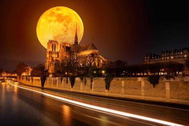 Луна над собором нотр-дам