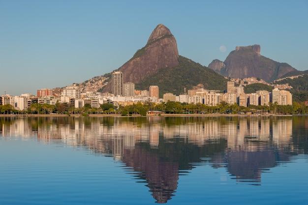 브라질 리우데자네이루의 gavea stone 근처에서 달이 지고 있습니다.