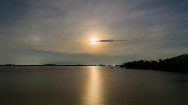 달 하늘과 물에 빛 달