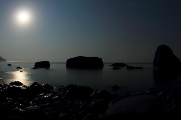 月明かりが海に輝く