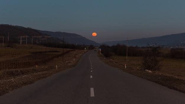 道路上の月の出