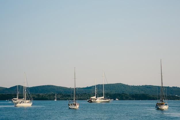 コトル湾に係留されたボート