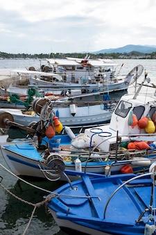 Barche ormeggiate con molti accessori per la pesca nel porto marittimo, mar egeo