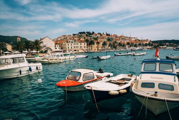 Причаленные яхты стоят в портовом городе
