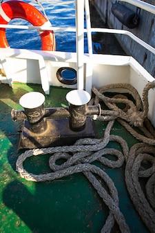 係留アンカー、ロープ。桟橋近くの係留船。海での休暇。