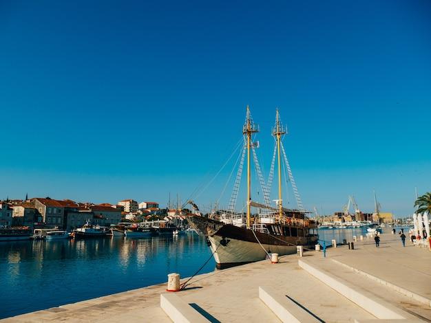 Причал для яхт недалеко от старого города трогир