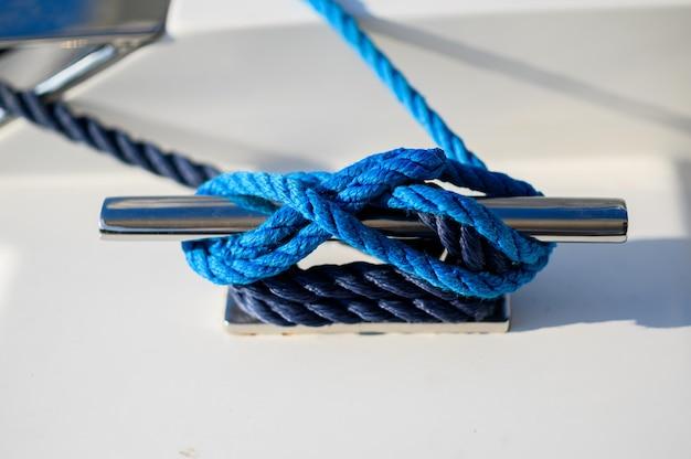 Швартовочный трос синий швартовный трос, привязанный к стальному якорю на лодке или корабле