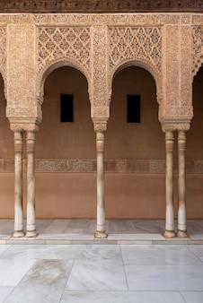 スペイン、グラナダ、アルハンブラ宮殿のライオンズの裁判所のムーア様式のアーチ