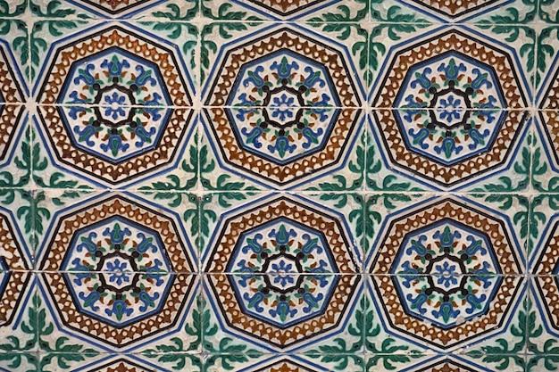 宮殿の壁にあるムーアのセラミックタイル。セビリア、アンダルシア、スペイン。
