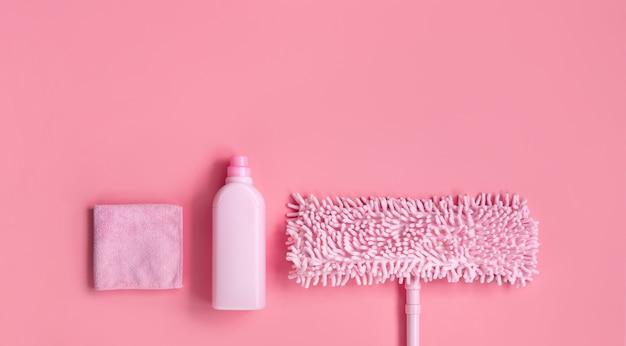 春の大掃除用のmop、雑巾、洗剤ピンクのセット。