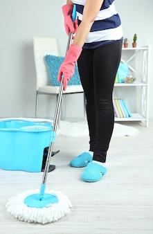 自宅のクローズアップで床を拭く