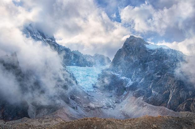 モレーンと雲の中の山々。 sagarmatha park、エベレストベースキャンプへのルート。ネパール