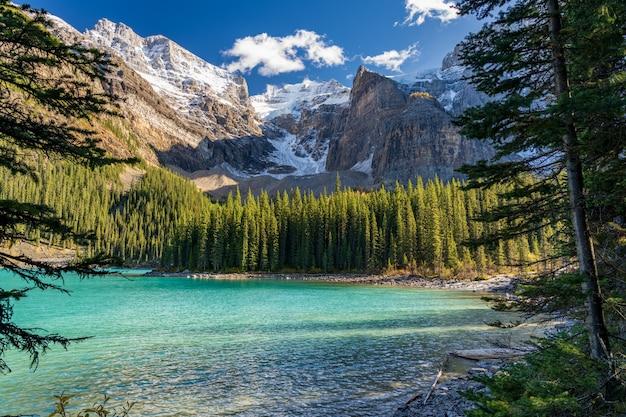 여름 화창한 날 아침에 moraine 호수 아름다운 풍경. 밴프 국립 공원, 캐나다 로키 산맥, 앨버타, 캐나다