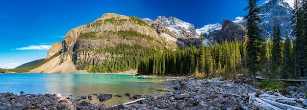 夏の晴れた日の朝のモレーン湖の美しい風景。バンフ国立公園、カナディアンロッキー、アルバータ、カナダ