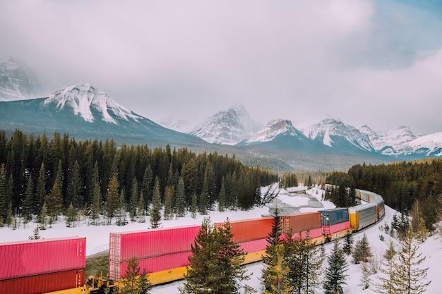 캐나다 로키 산맥을 배경으로 한 모란트의 곡선 철도 및 기차