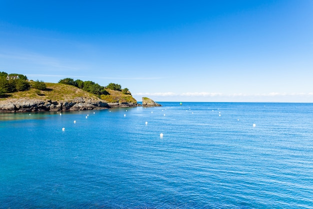 Morbihanのbelle ile en mer島のsauzon港の入り口の海の景色