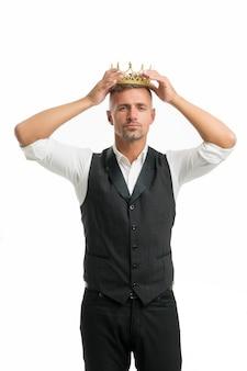 Более желанный или подходящий. бизнес-король. бизнесмен носить корону. успех в бизнесе. король стиля. достижение победы и успеха. красивый король. в поисках славы. человек, олицетворяющий силу и триумф.