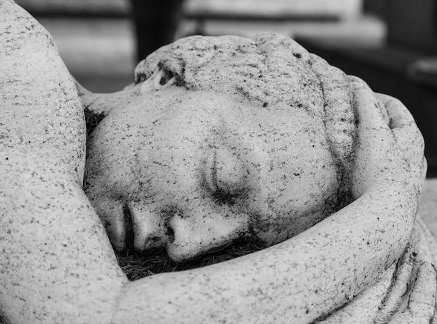 100년이 넘은 동상. 북부 이탈리아에 위치한 묘지.