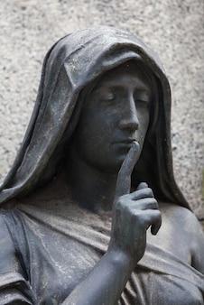100年以上前の像。北イタリアにある墓地。