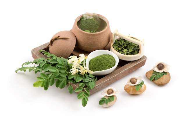 モリンガ緑の葉、シードパウダー、白い背景で隔離のお茶。
