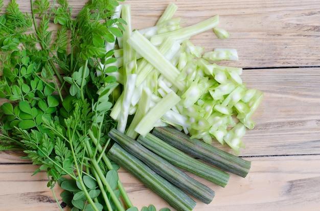 木製の背景にモリンガ(moringa oleifera lam)スライス
