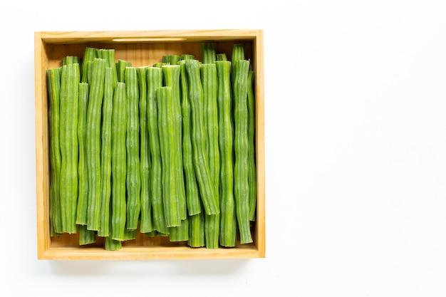 木製の箱が白い背景で隔離のモリンガオレイフェラ。