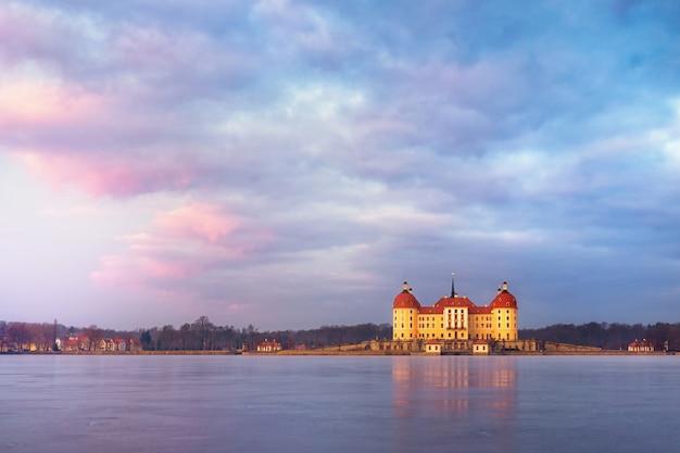 冬の日の出、ドイツのモーリッツブルク城