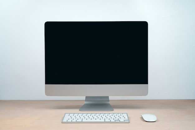 창조적 인 스튜디오에서 아침 그래픽 디자인은 화면 안경 펜 키보드 사무실을 조롱합니다.