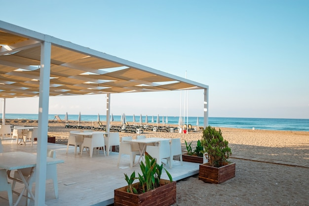 Утренний пляж, бар на пляже. концептуальная поездка, отдых, прогулка на теплоходе.