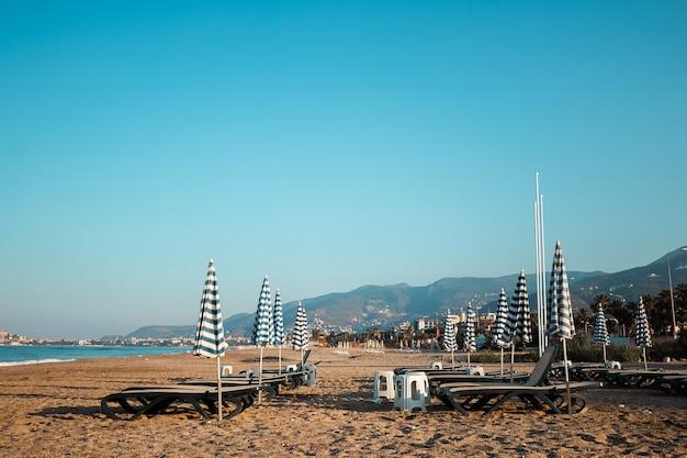 Утренний пляж, шезлонги для отдыха, море. концепция отдыха, отдыха, прогулки на корабле.
